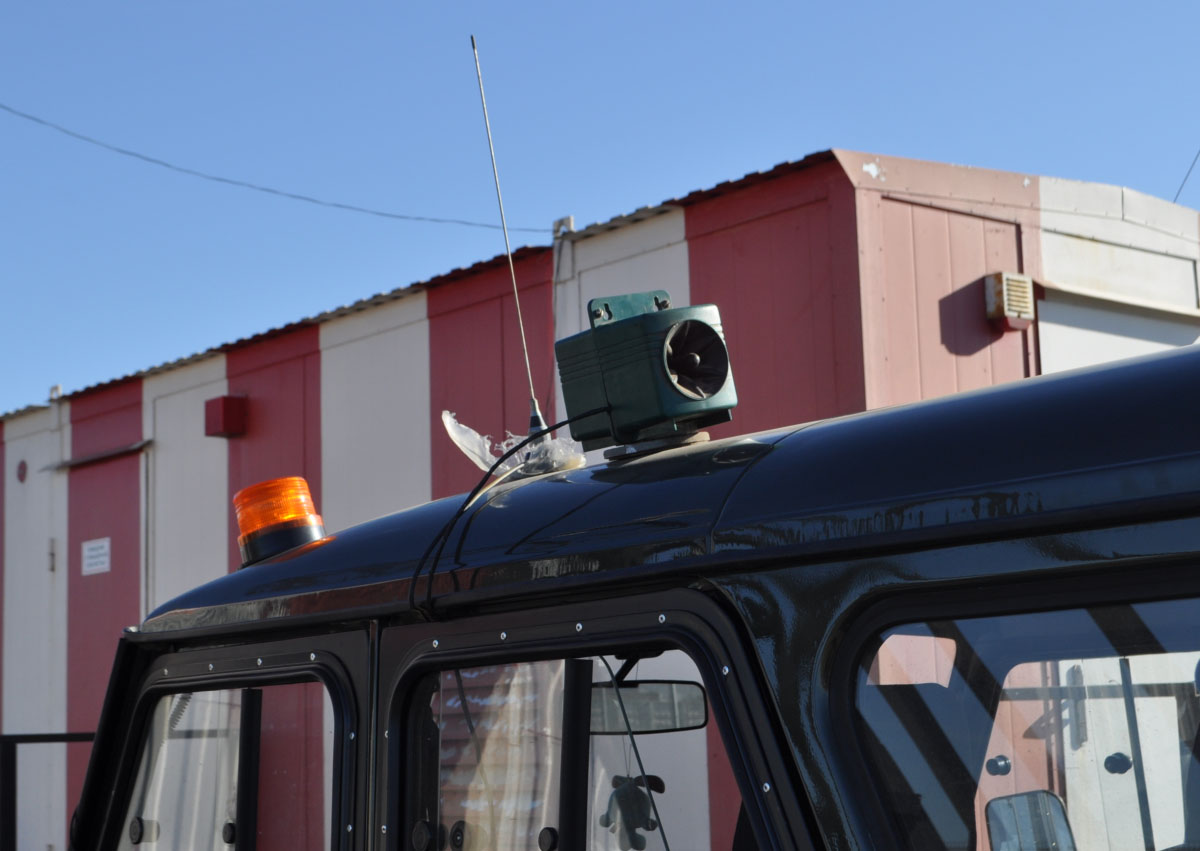 Динамик звукового отпугивателя птиц Bird Gard Pro Plus на крыше автомобиля аэродромной службы Внуково.